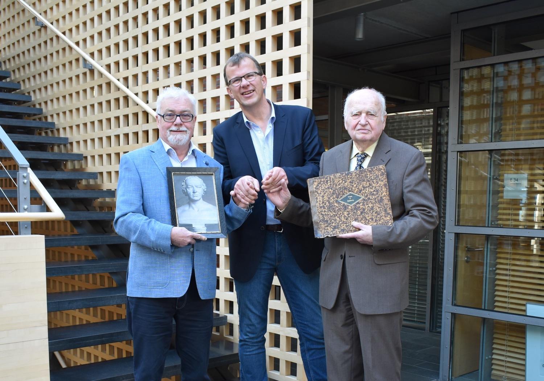 Dr. Klaus G. Werner, Herbert Fischer (Stadt Vechta) und Prof. Dr. Martin Blindow im Rathaus Vechta