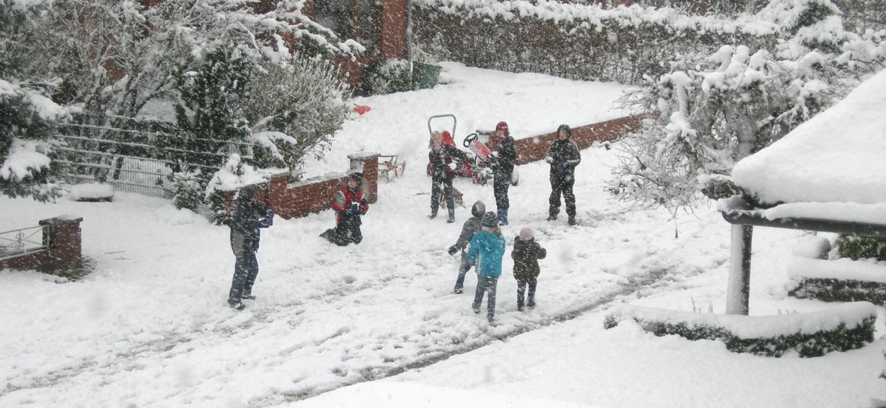 Spielende Kinder im Schnee · 22. November 2008