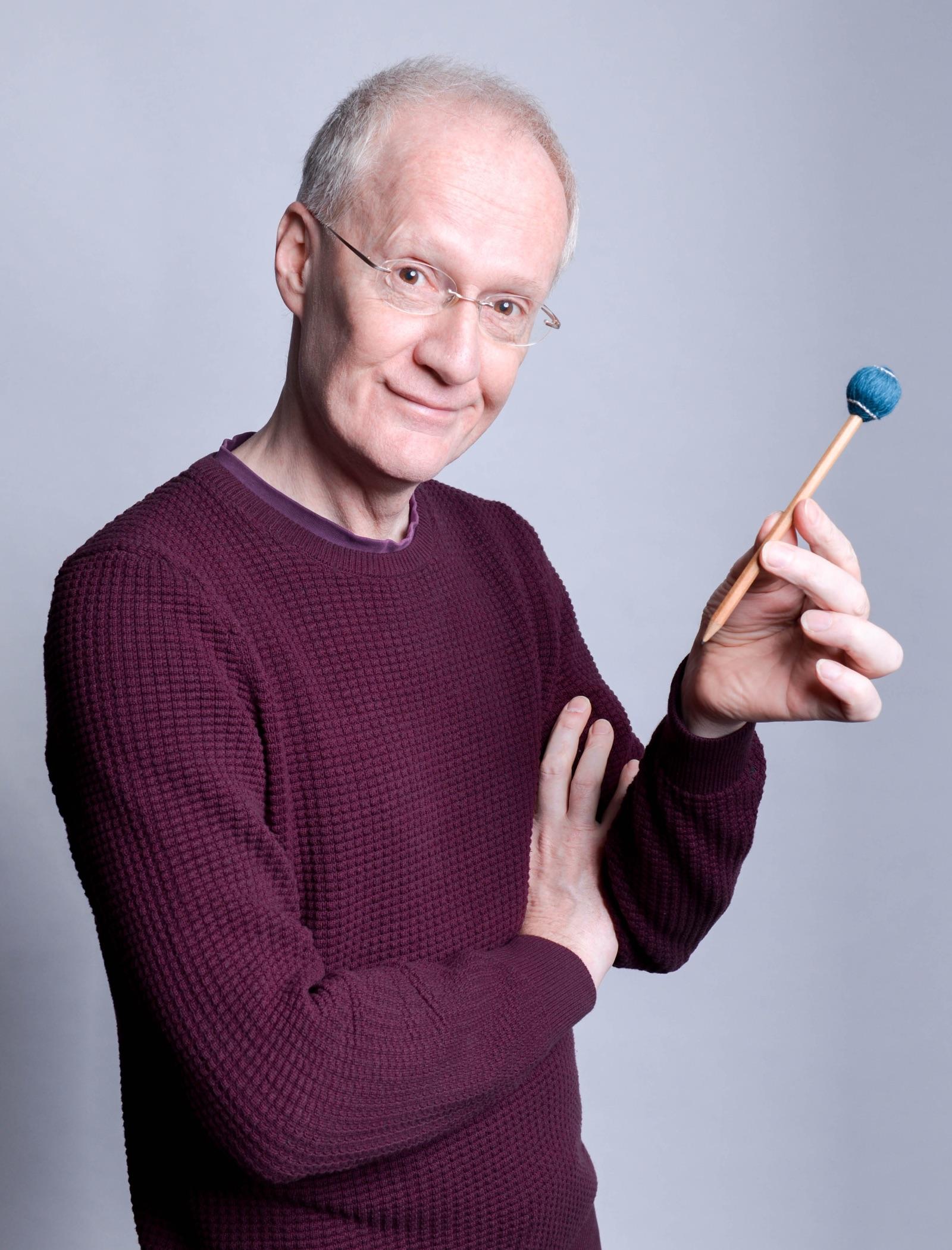 Manfred Menke mit Spezial-Bleistift …